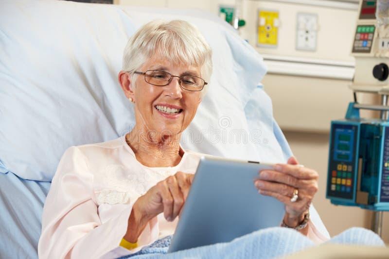 Högt kvinnligt tålmodigt koppla av i sjukhussäng royaltyfri fotografi