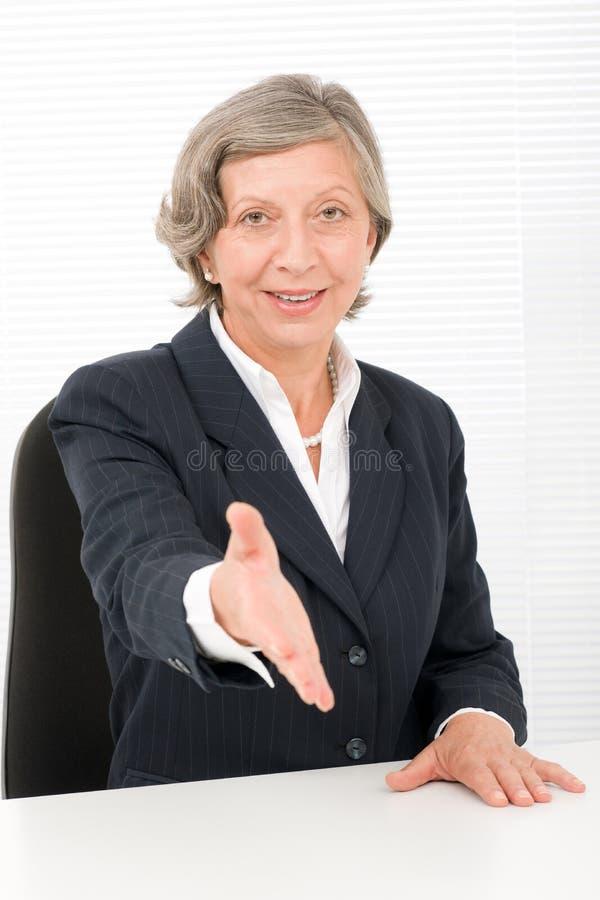 Högt le för avtal för affärskvinnahandskakningclose arkivfoto