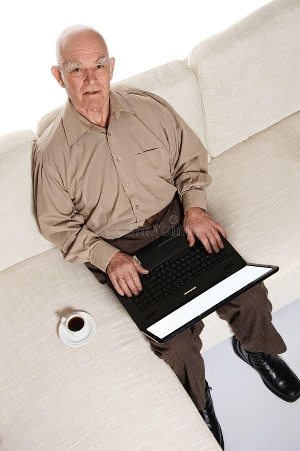 högt le för gammalare bärbar datorman arkivbilder