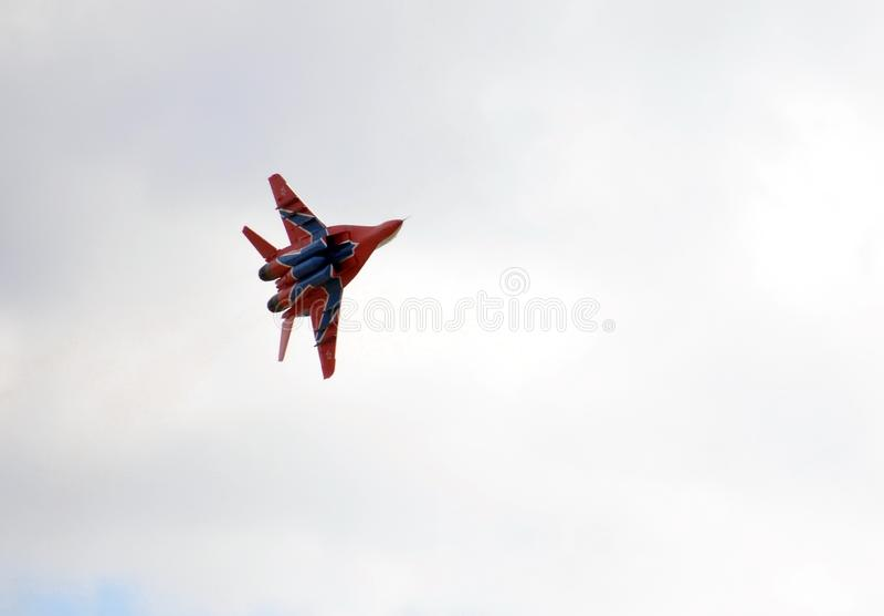 Högt manöverbar kämpe MiG-29 som kan användas till mycket från Strizhi det aerobatic laget över det Myachkovo flygfältet arkivfoton