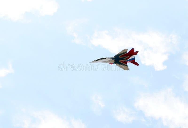 Högt manöverbar kämpe MiG-29 som kan användas till mycket från Strizhi det aerobatic laget över det Myachkovo flygfältet royaltyfri fotografi