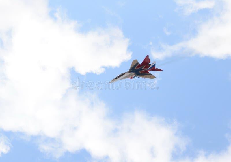 Högt manöverbar kämpe MiG-29 som kan användas till mycket från Strizhi det aerobatic laget över det Myachkovo flygfältet royaltyfria foton