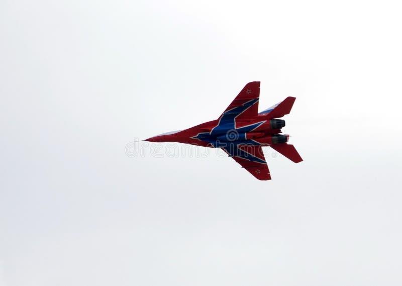 Högt manöverbar kämpe MiG-29 som kan användas till mycket från Strizhi det aerobatic laget över det Myachkovo flygfältet arkivbilder