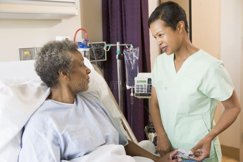 högt samtal för sjuksköterska till kvinnan arkivbild
