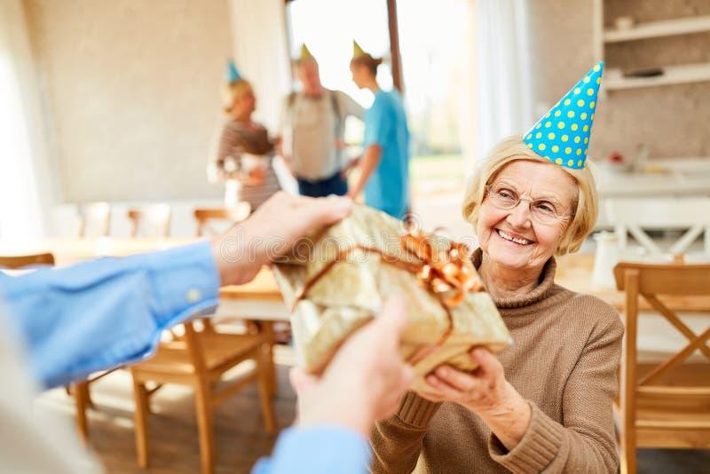 Högt som en födelsedagflicka är lyckligt om gåvan royaltyfria foton