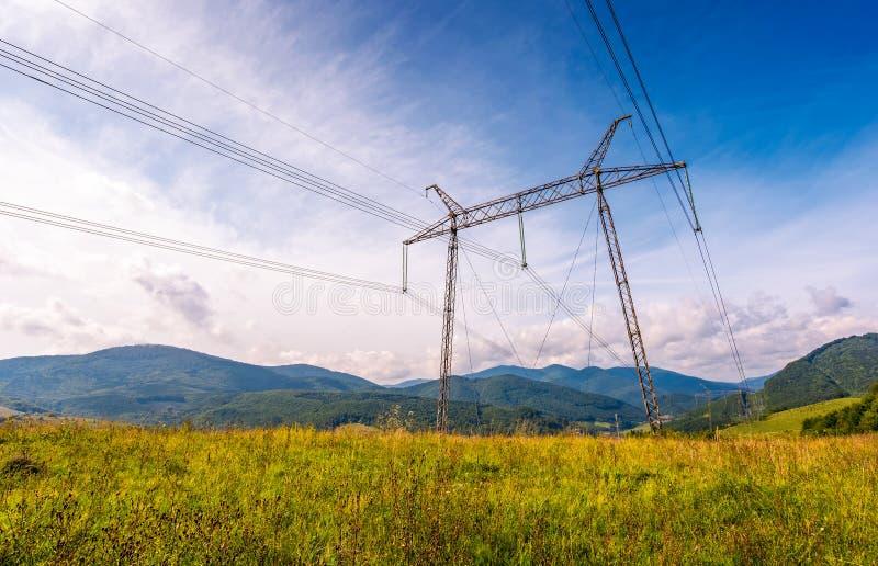 Högt spänningskraftledningtorn i Carpathian montering royaltyfria foton