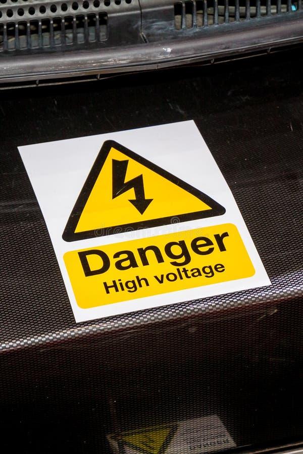 Högt spänningstecken för fara på maskineri arkivfoton