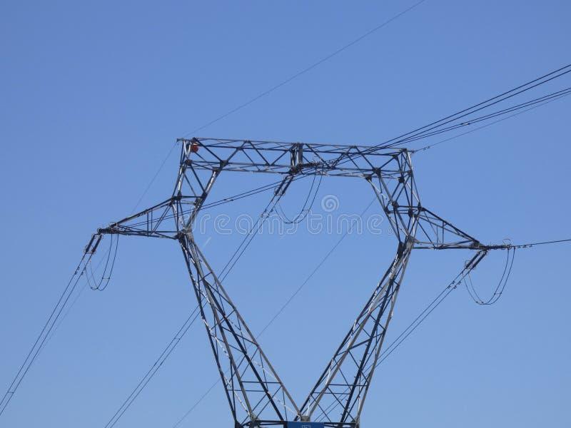 Högt spänningstorn som transporterar elektricitet royaltyfria foton