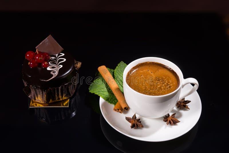 Högt svart kaffe med den gourmet- mörka chokladkakan royaltyfri fotografi