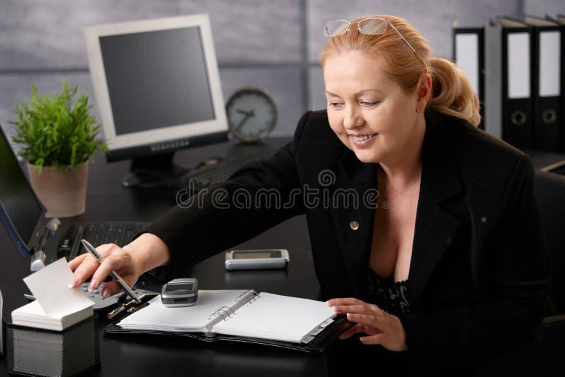 högt ta för affärskvinnaanmärkning arkivbilder