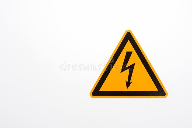 Högt tecken för varning för spänningsgulingtriangel royaltyfri bild