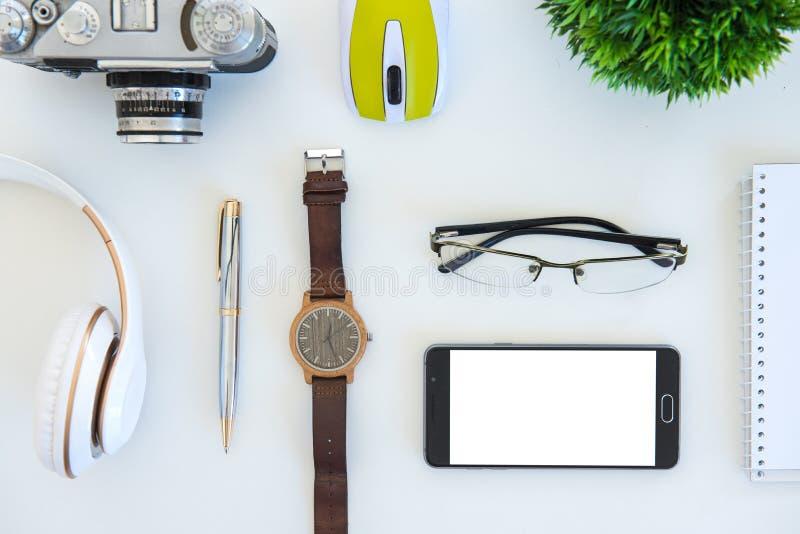 Högt vinkelskott av objekt på en tabell på en kontorsarbetsstation arkivfoto