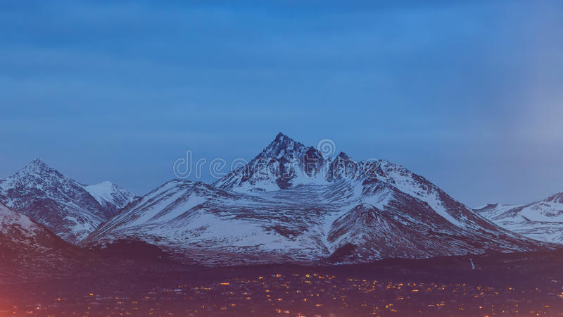 Högt vitt berg av ankringen som är i stadens centrum royaltyfri foto