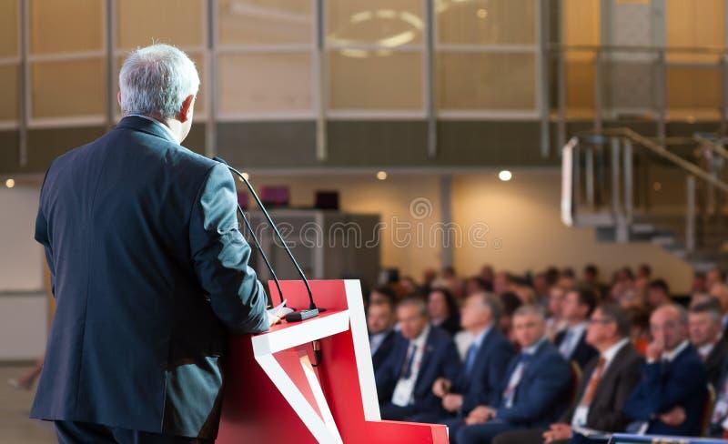 Högtalare på den affärskonferensen och presentationen royaltyfria bilder