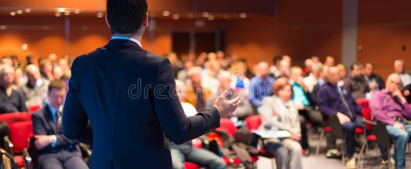 Högtalare på den affärskonferensen och presentationen royaltyfri bild