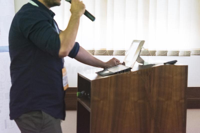 Högtalare på den affärskonferensen och presentationen i mötesrum arkivbilder