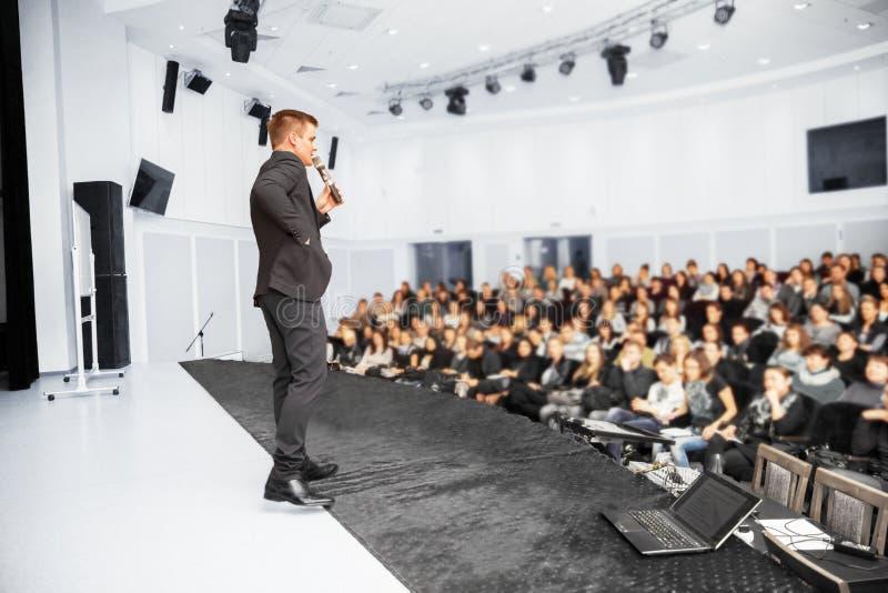 Högtalare på presentationen fotografering för bildbyråer