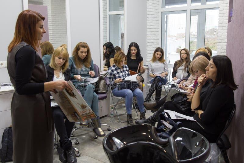 Högtalare på seminariet för frisörer arkivfoto