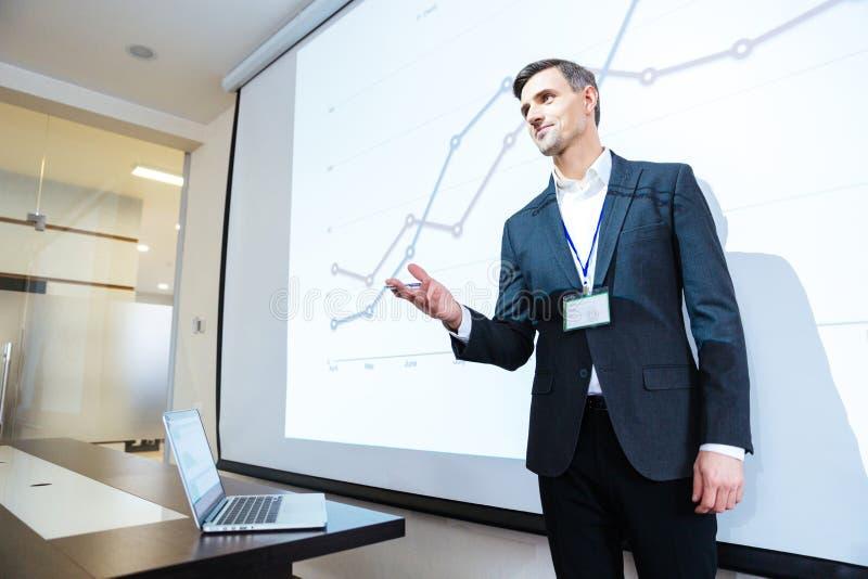 Högtalare som föreläser på affärskonferens i mötekorridor arkivfoton