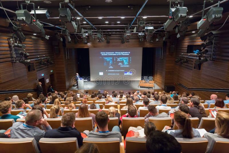 Högtalare som ger ett samtal på nya ultraljudtekniker på den 12th Winfocus världskongressen i Ljubljana, Slovenien arkivbilder