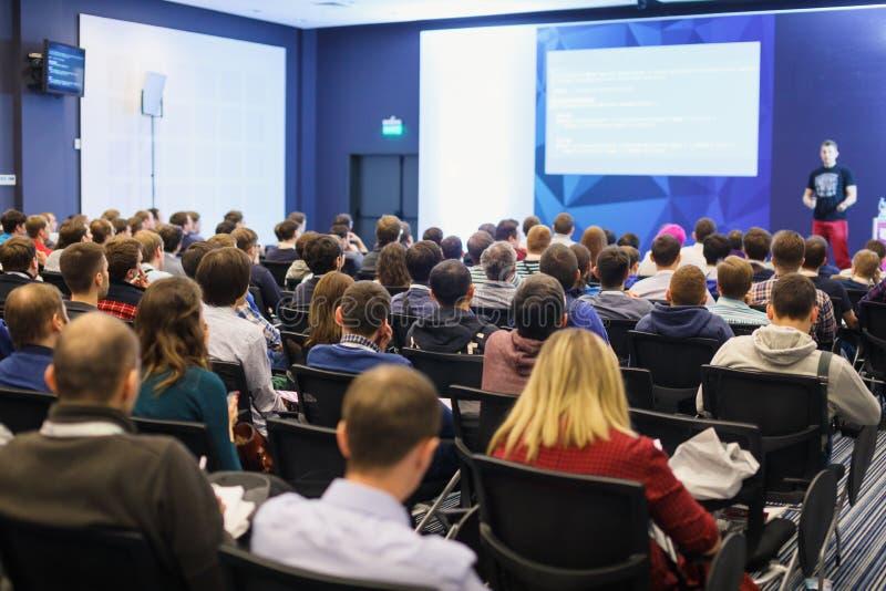 Högtalare som ger ett samtal på vetenskaplig konferens Åhörare på konferenskorridoren Affärs- och egenföretagandebegrepp royaltyfri foto