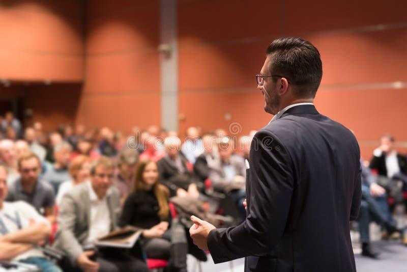 Högtalare som ger samtal på händelsen för affärskonferens royaltyfria foton
