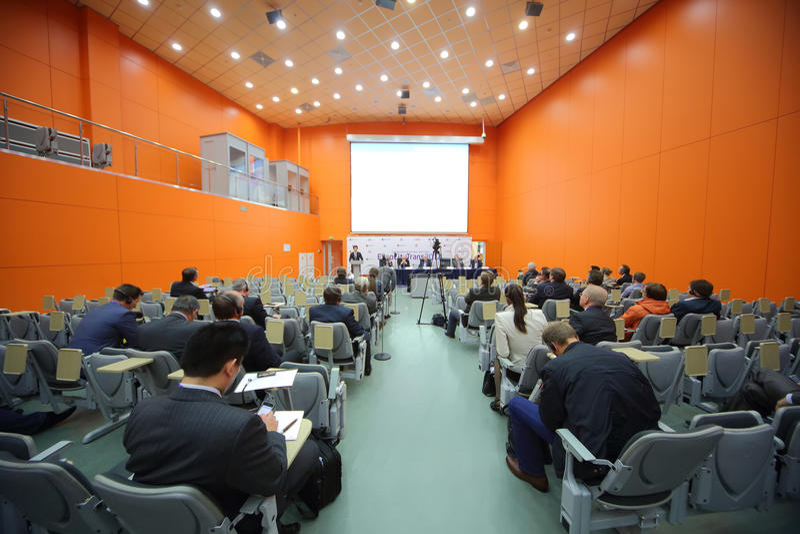 Högtalaren och åhörarna på den andra Eurasiankongressen och utställningen ExpoCityTrans-2012 arkivfoto