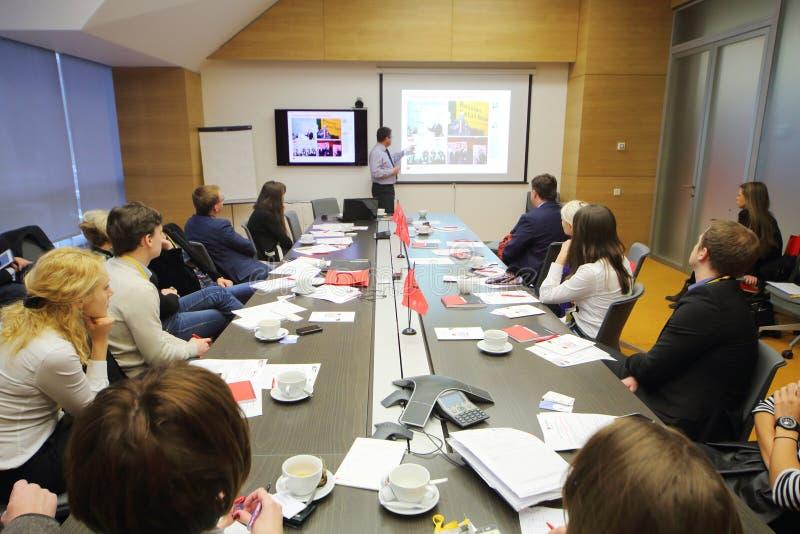 Högtalaren och lyssnare på affär frukosterar på kontoret Rosbank arkivfoto