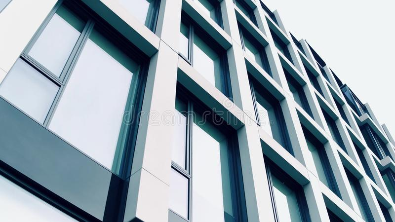 Högteknologisk affärsmitt Panorama- fönster av modern kontorsbyggnad, låg vinkel royaltyfri bild
