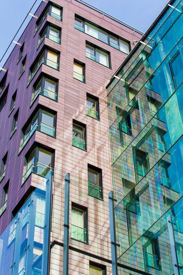 Högteknologiskt byggnadsbegrepp Moderna highrise konstruktioner i stad arkivfoton