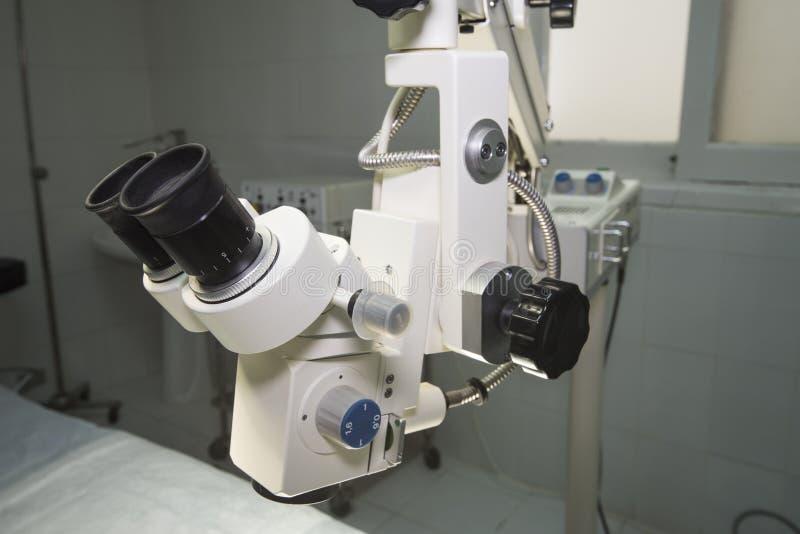 Högteknologiskt mikroskop i ett fungeringsrum arkivbilder