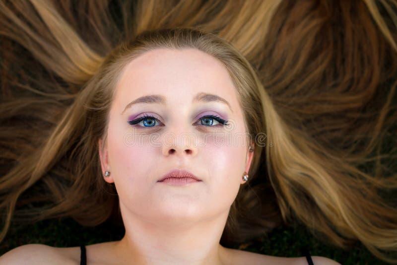 Högtidlig flickamellanrumsframsida arkivfoto