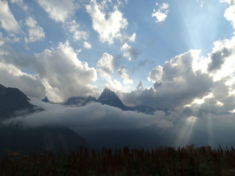 Högtidlig himmel ovanför bergen royaltyfri bild