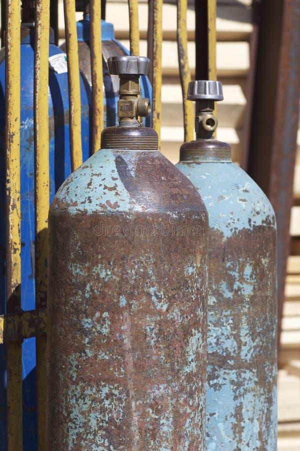 Högtryckcylindrar för komprimerade industriella gaser arkivfoton