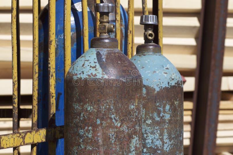 Högtryckcylindrar för komprimerade industriella gaser arkivbilder