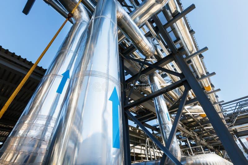 Högtryckrörledning som transporterar gas från rostfritt stålöverskrift till estokaden Rörledningen har stort blått peka för pil royaltyfria bilder