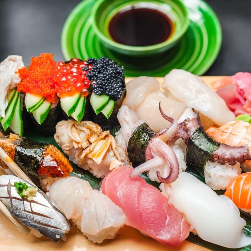 Högvärdiga kvalitets- sushirullar tjänade som i japansk restaurang royaltyfria bilder
