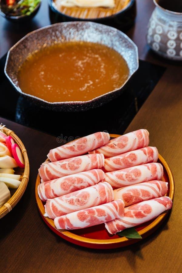 Högvärdigt sällsynt griskött för svinet för skivaKurobuta svart med hög-marmorerad textur på cirkelträplattan tjänade som för Suk arkivbilder