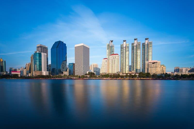 Högväxt byggnad bak Benjakiti parkerar i Bangkok, Thailand royaltyfria bilder