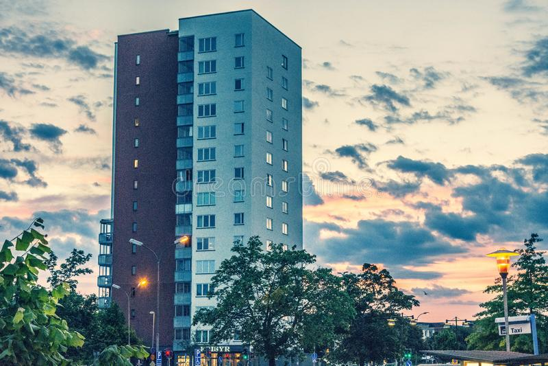 Högväxt byggnad med en solnedgångbakgrund royaltyfri fotografi