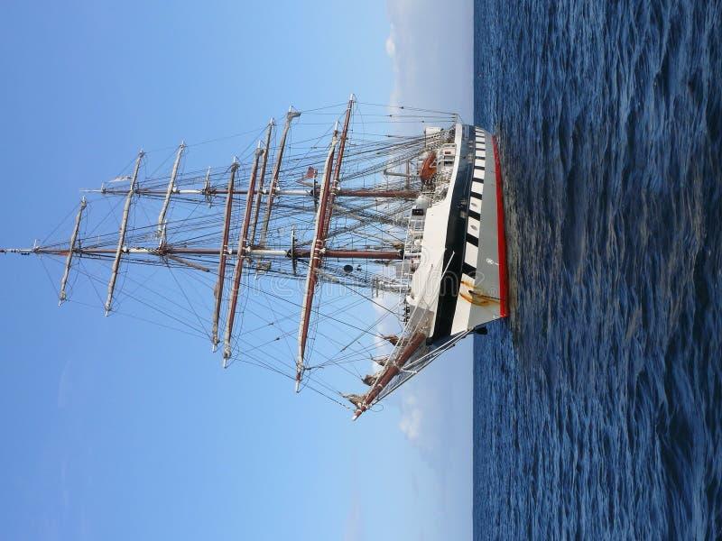 högväxt förankrad ship royaltyfri foto