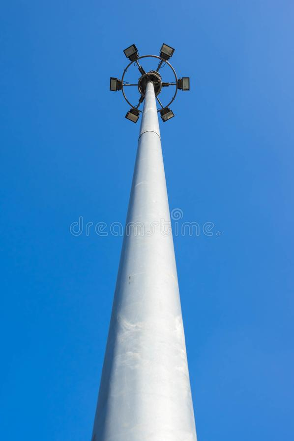 Högväxt gataljuspol fotografering för bildbyråer