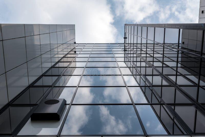 Högväxt glass kontorsbyggnad royaltyfria bilder