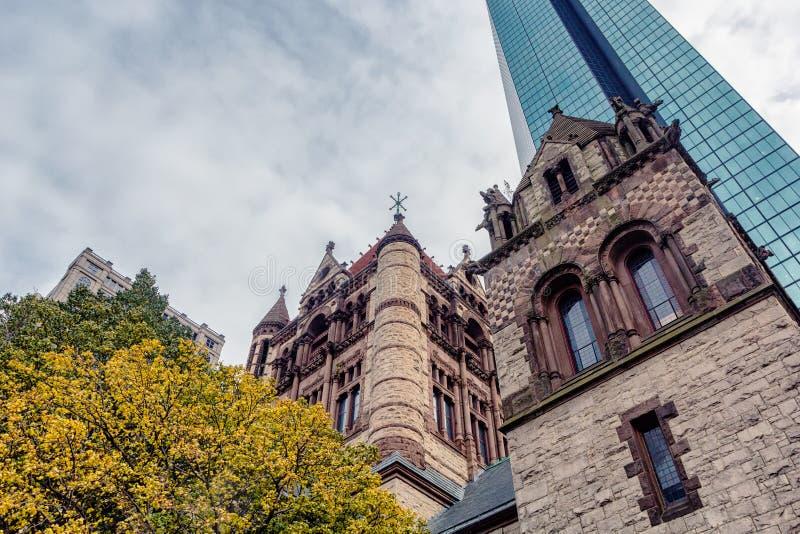 Högväxt glass skyskrapa och historisk byggnad i det Boston centret royaltyfri fotografi