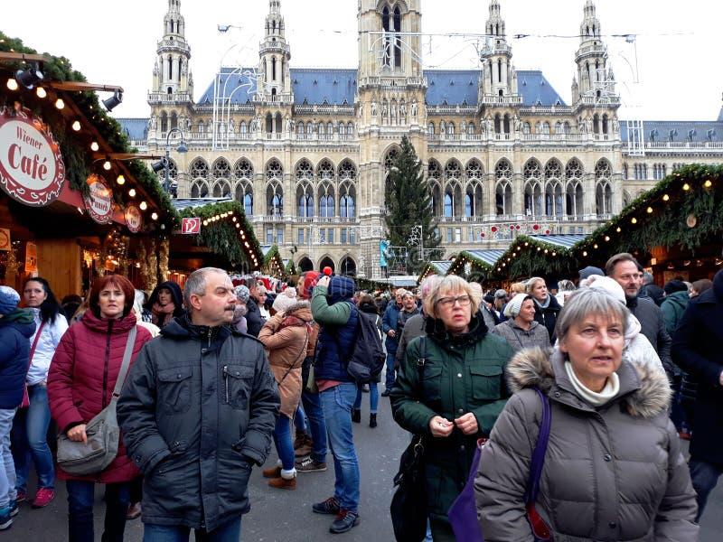 Högväxt gotisk byggnad av det Wien stadshuset Rathaus och traditionell jul marknadsför arkivbilder