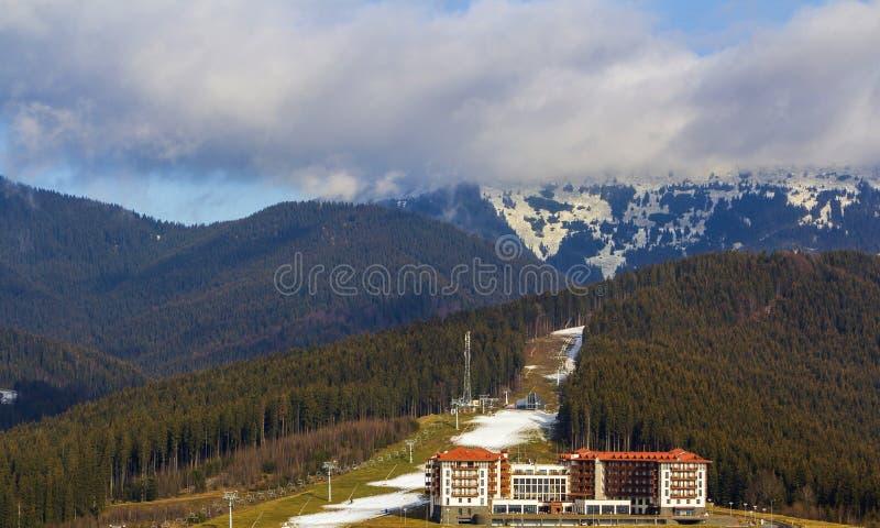 Högväxt hyreshushotell i Bukovel, Ukraina Bostads- arkitektur i bergområde arkivfoto