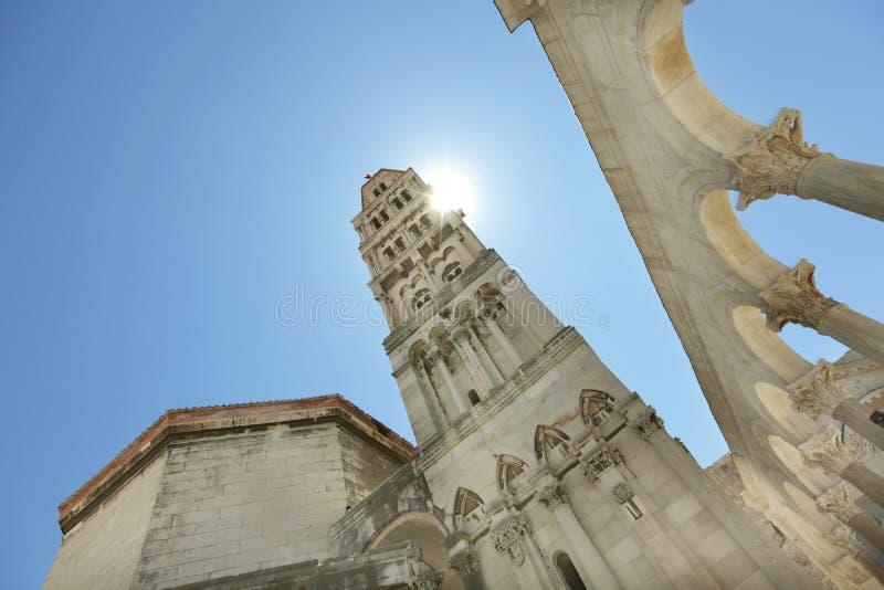 Högväxt klockatorn av domkyrkan i Dubrovnik, Eur fotografering för bildbyråer