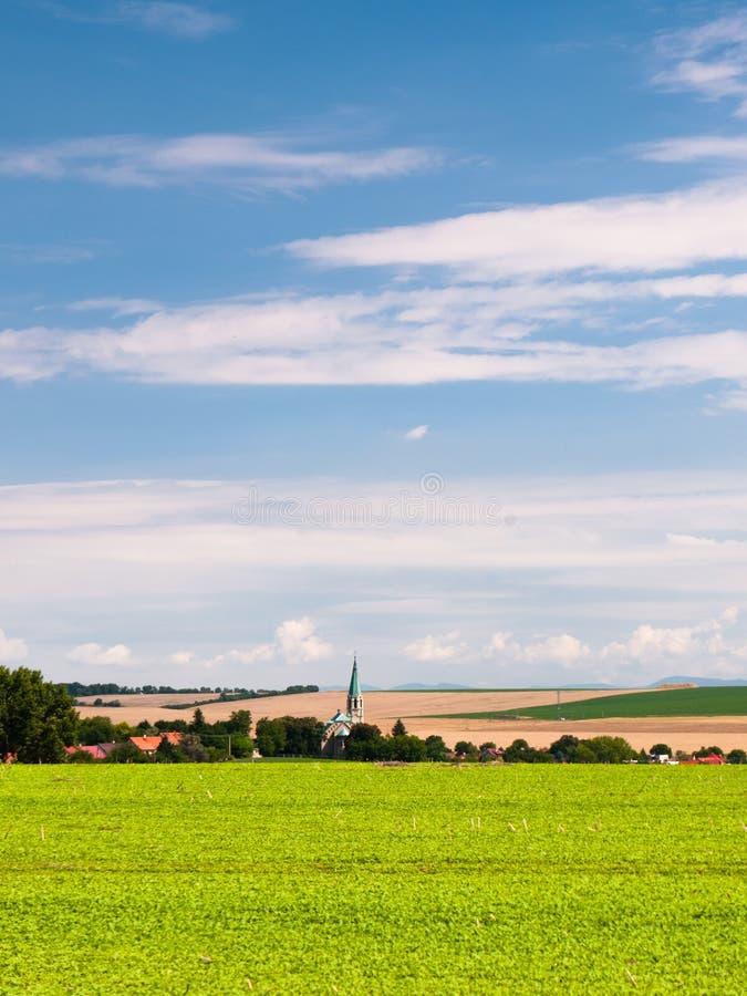 Högväxt kyrkligt torn i lantligt land arkivfoton