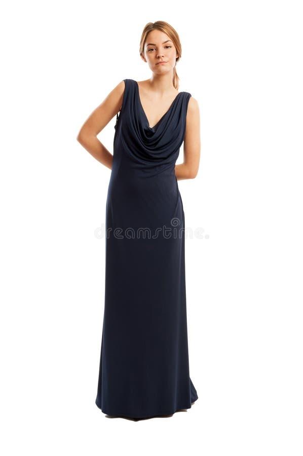 Högväxt och härlig kvinnlig modell som bär en lång klänning arkivfoto