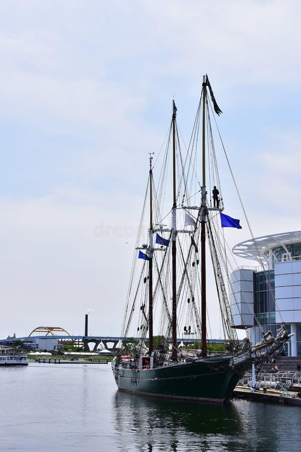 Högväxt segla skepp som arbetar på riggning arkivbild